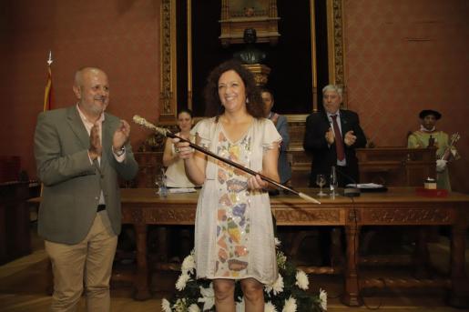 Catalina Cladera, presidenta del Consell de Mallorca, ha recogido la vara de manos de su antecesor en el cargo, Miquel Ensenyat.
