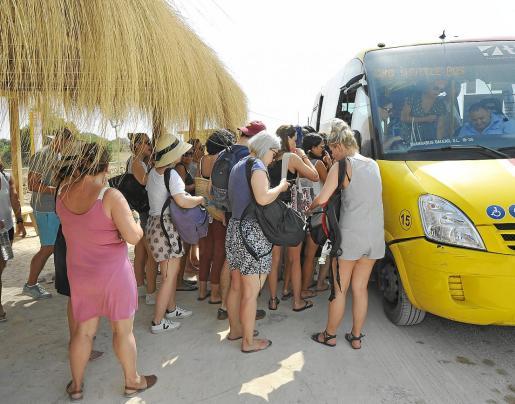 El bus lanzadera realizó sus viajes lleno de pasajeros.