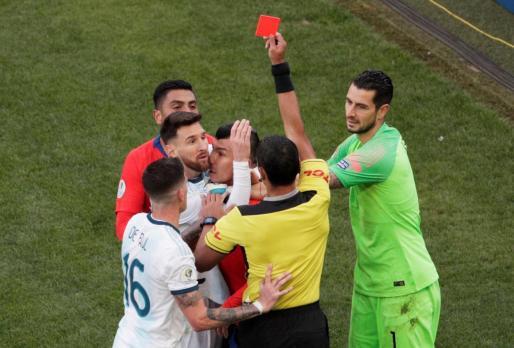 Momento en que el colegiado del partido Argentina-Chile muestra la cartulina roja a Messi.