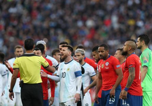 El capitán de Argentina, Leo Messi, pide explicaciones al colegiado del encuentro tras ser expulsado en el partido por el tercer puesto ante Chile en la Copa América.