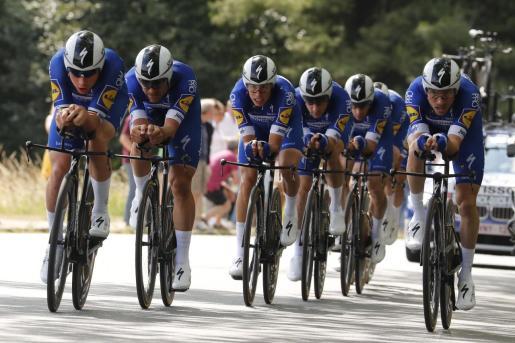 Imagen del Deceuninck Quick Step, con Enric Mas en el centro del grupo, durante la contrarreloj por equipos en la segunda etapa del Tour de Francia disputada en Bruselas.