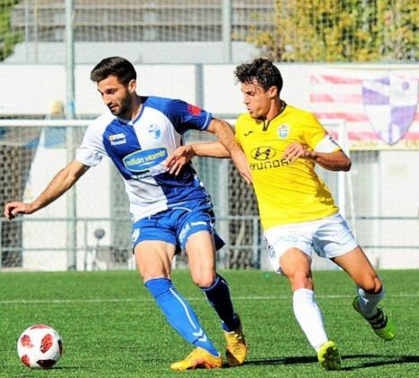 El flamante fichaje del Atlético Baleares, Luca Ferrone, pugna con el capitán balearico, Francesc Fullana, en su etapa como jugador del Ebro.