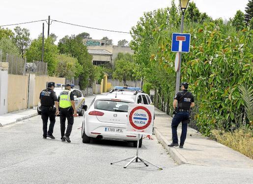 Tres agentes de la Policía Local de Sineu han estado vigilando el aparcamiento del polideportivo este fin de semana para evitar que nadie montase un pícnic. El sábado los agentes interceptaron a un grupo de unas 40 personas que pretendían hacerlo.
