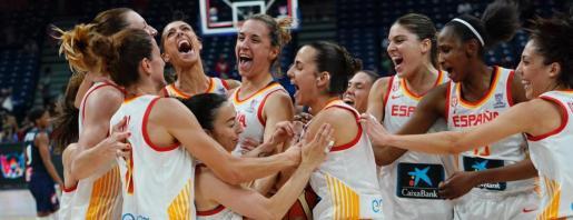 Las jugadoras de la selección española celebran la victoria ante Francia que les ha dado el oro en el Eurobasket tras la final celebrada en Belgrado.