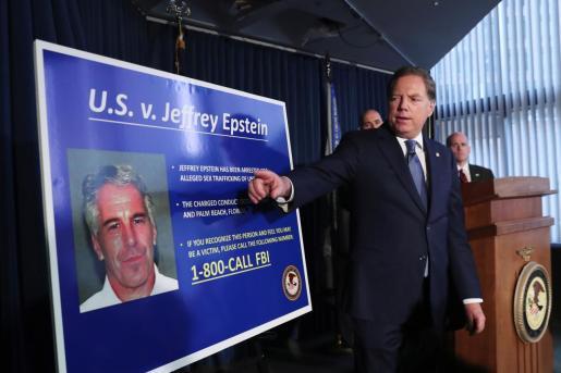 Geoffrey Berman junto una fotografía de Jeffrey Epstein.