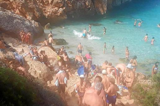 Para acceder al Caló des Moro se tiene que descender por un acantilado y, en ocasiones, los visitantes tienen que esperar en lo alto para poder descender en cuanto algún bañista decida abandonar la playa.