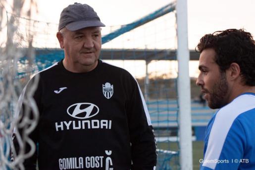 Manix Mandiola conversa con José Peris tras un entrenamiento.
