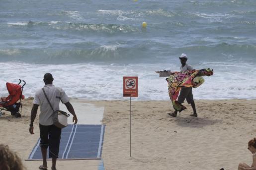 Aspecto de la playa Can Pere Antoni este martes tras los vertidos que han obligado de nuevo a prohibir el baño en sus aguas.