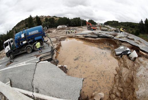Aspecto que presenta la N-121 a su paso por la localidad de Pueyo que se encuentra cortada por el socavón que se produjo tras las intensas lluvias que provocaron inundaciones en las localidades de Tafalla, Olite, Pueyo y Pitillas.