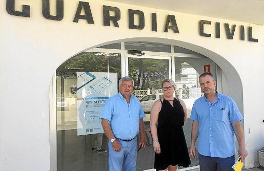 La familia Bjornar, junto a Jordi Cerdó, en el momento de presentar la denuncia.