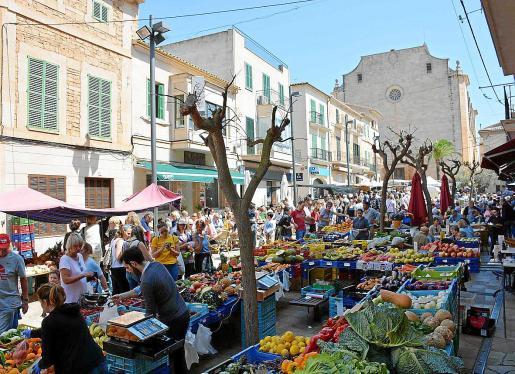 Durante los miércoles y los sábados, Santanyí sufre las consecuencias de recibir un gran número de visitas; la mayoría, turistas. Los visitantes, atraídos por el mercado, llegan en coches particulares y provocan problemas de tráfico.