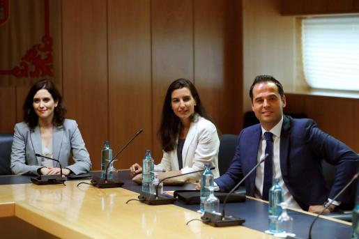 Los candidatos a presidir la Comunidad de Madrid, del Partido Popular, Isabel Díaz Ayuso (i), de Vox, Rocío Monasterio (c) y de Ciudadanos, Ignacio Aguado (d), durante la reunión mantenida este martes.