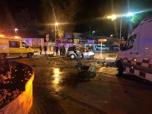 Imagen del lugar donde el coche impactó contra la rotonda, provocando la muerte del conductor.