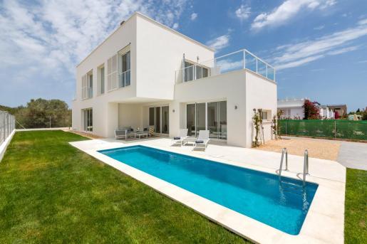 Villa de nueva construcción con piscina y mucho espacio en Es Trenc.