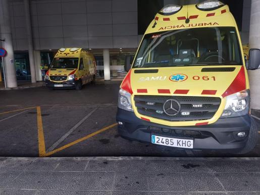 Ambos profesionales interpusieron una denuncia contra el agresor. Imagen de archivo de dos ambulancias en el exterior de las Urgencias de Son Espases.