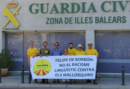 Los miembros de la Assemblea Sobiranista con la pancarta frente a la Comandancia de la Guardia Civil.