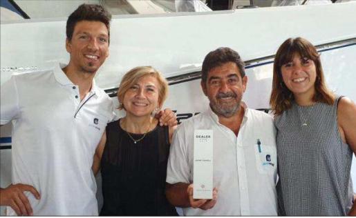 El equipo de Jaume Vermell Nàutica sosteniendo el premio Best Dealer.