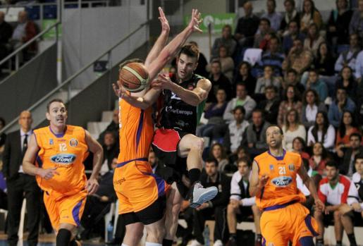 Pablo Bertone intenta asistir a un compañero durante su anterior etapa en Palma.