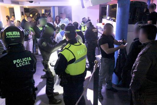 Durante el operativo policial, los agentes localizaron en el interior del local un total de cinco menores de edad, papelinas de cocaína tiradas por el suelo, un arma blanca y algo de marihuana. La Policía Local mantiene su apuesta por la seguridad ciudadana