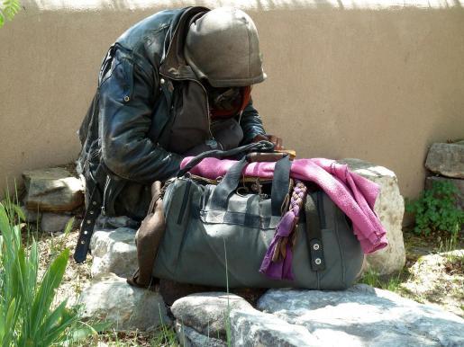 Un sin techo recupera una cartera perdida con dinero que iba a enviar a su familia.