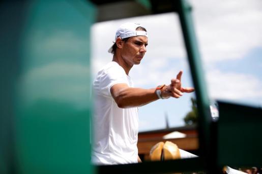 Imagen de Rafael Nadal este jueves durante su entrenamiento previo a las semifinales de Wimbledon ante Roger Federer en las instalaciones del All England Club de Londres.