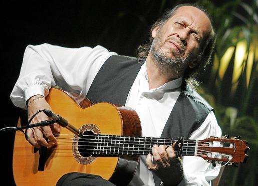 El guitarrista, tocando su instrumento, con el que se alzó como una leyenda de la música.