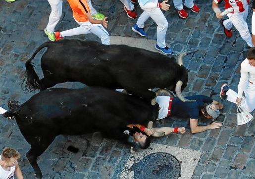 Instante en el que el toro cornea en el brazo a Said Antón Gutiérrez, tendido bajo el toro.