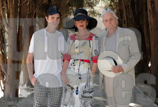 Dylan, junto a sus padres, Catherine y Michael, posando ayer en los jardines junto a la Cartoixa.