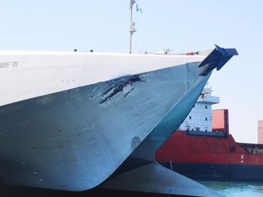 Detalle del barco de la Baleària que ha chocado en el puerto comercial de Alcúdia.