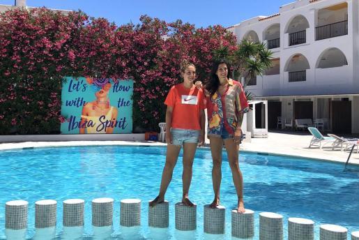En la imagen, ambas jugadoras en el hotel Bossa Flow donde han disfrutado de sus vacaciones en Ibiza.