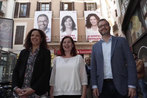 Catalina Cladera, Francina Armengol y José Hila durante la campaña.