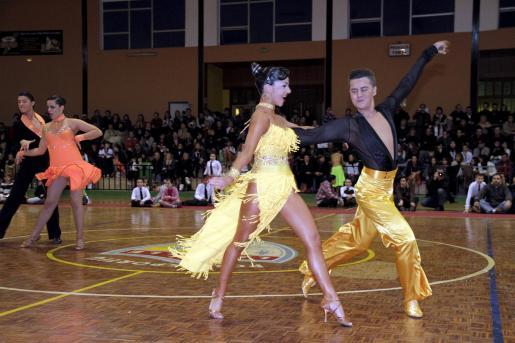 Dos bailarines, compitiendo ante nuemeroso público.