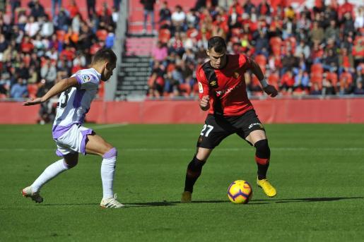 Sergio Buenacasa encara a un futbolista del Numancia durante un encuentro de la temporada anterior.