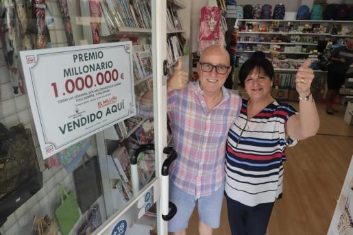 Miguel Ángel Suau y Josefina Hernández, propietarios de la Papelería Son Oliva.