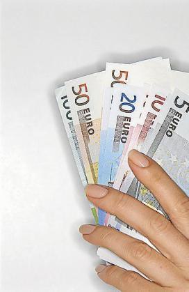 El empleado sustrajo dos billetes por valor de 70 euros.