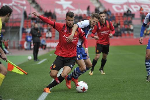 Pol Roigé pugna con un jugador del Sabadell durante un partido en Son Moix. El catalán es uno de los jugadores que se ha desvinculado del Real Mallorca.
