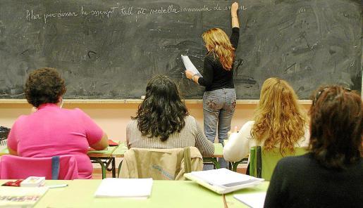 Imagen de archivo de un curso de catalán para adultos en un instituto de Palma.