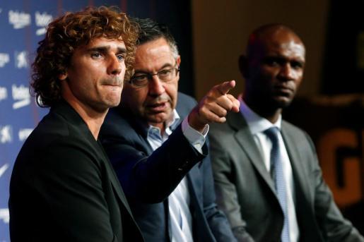 Antoine Griezmann atiende a los medios de comunicación con el presidente del club, Josep Maria Bartomeu y el secretario técnico Eric Abidal en el Camp Nou tras firmar como jugador del FC Barcelona.
