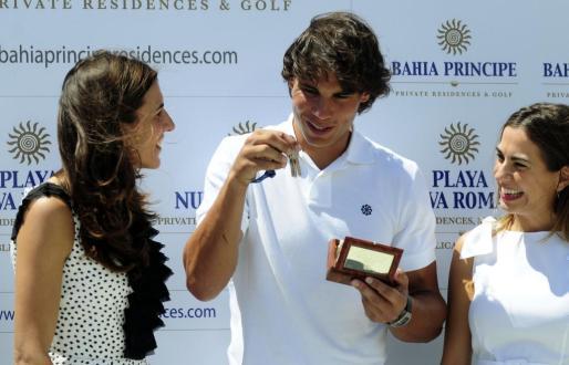 Rafael Nadal recibió las llaves de su nueva residencia de manos de las hermanas Isabel y Lidia Piñero.