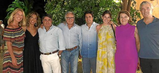 Fran Rivera y Lourdes Montes, con un grupo de amigos, tras una cena en Los Patos.