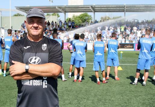 Imagen del entrenador del Atlético Baleares, Manix Mandiola, en un entrenamiento en Son Malferit.