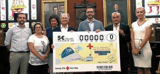 Autoridades municipales y representantes de la oposición con la delegación de la Cruz Roja en el Ajuntament de Palma.