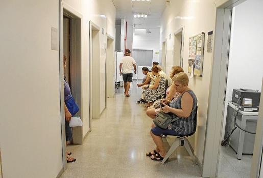 Sala de espera de un centro de salud en Palma donde las citas se acumulan.