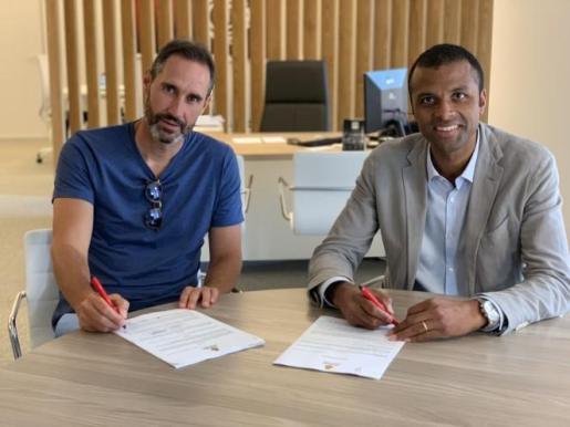 Vicente Moreno y Maheta Molango firman el contrato de renovación del técnico valenciano.