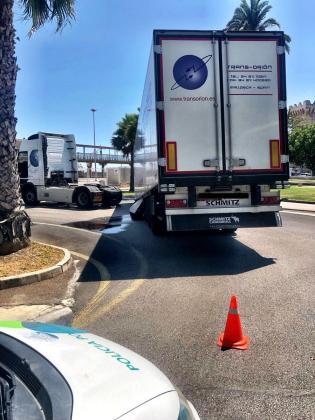 El camión ha bloqueado el acceso a los muelles de Poniente.