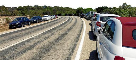 Coches aparcados en la carretera de Cala Varques.