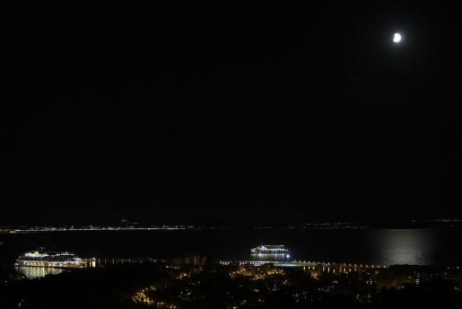 Vista del eclipse lunar parcial sobre la bahía de Palma.