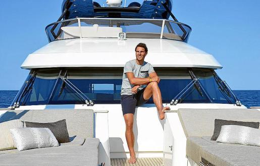 Rafael Nadal, en la cubierta de proa de la embarcación.