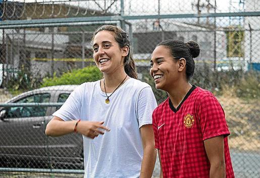 Carme Salleras, con una de las jugadoras de La Carpio, en pleno entrenamiento.