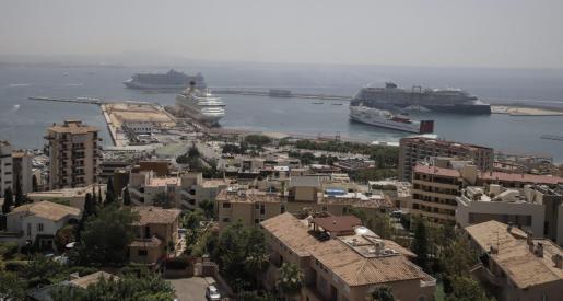 Imagen reciente del puerto de Palma con cruceros atracados.